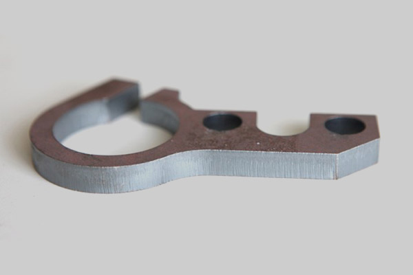 Máy cắt laser cắt trên thép carbon