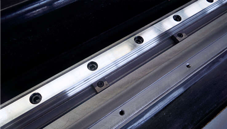 Guide rail V-groove + pressure block design